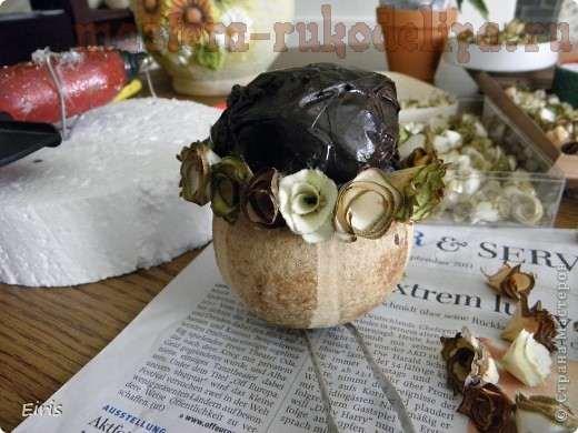 Вазочка из тыквочки с букетиком; деревянных розочек.