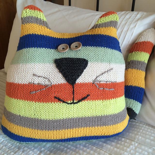 Диванная подушка; Кот. Вяжем из остатков пряжи