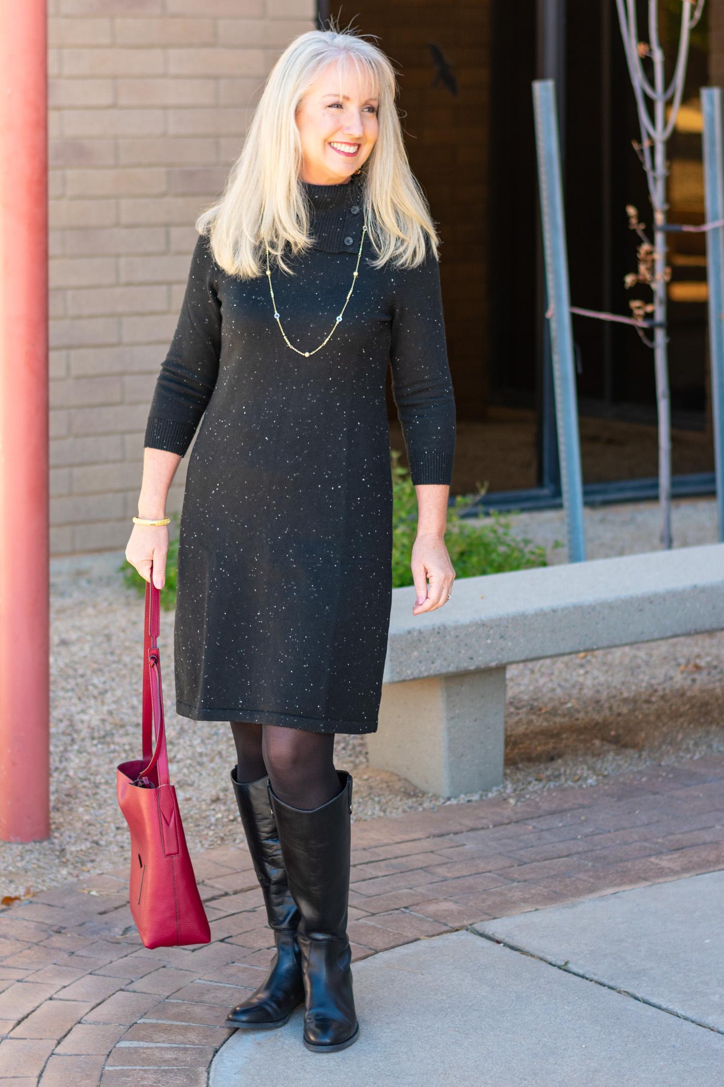 Платье-футляр с черными сапогами