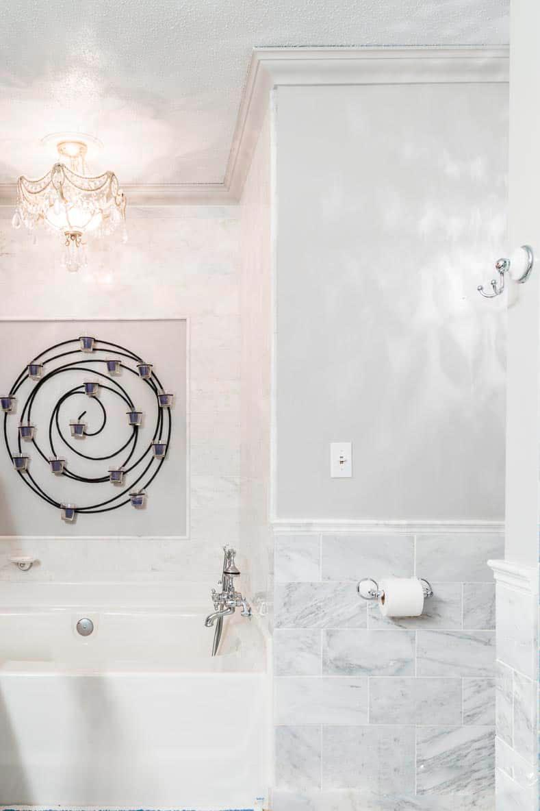 Ванная комната с низким потолком, в которой стены и потолок одного цвета