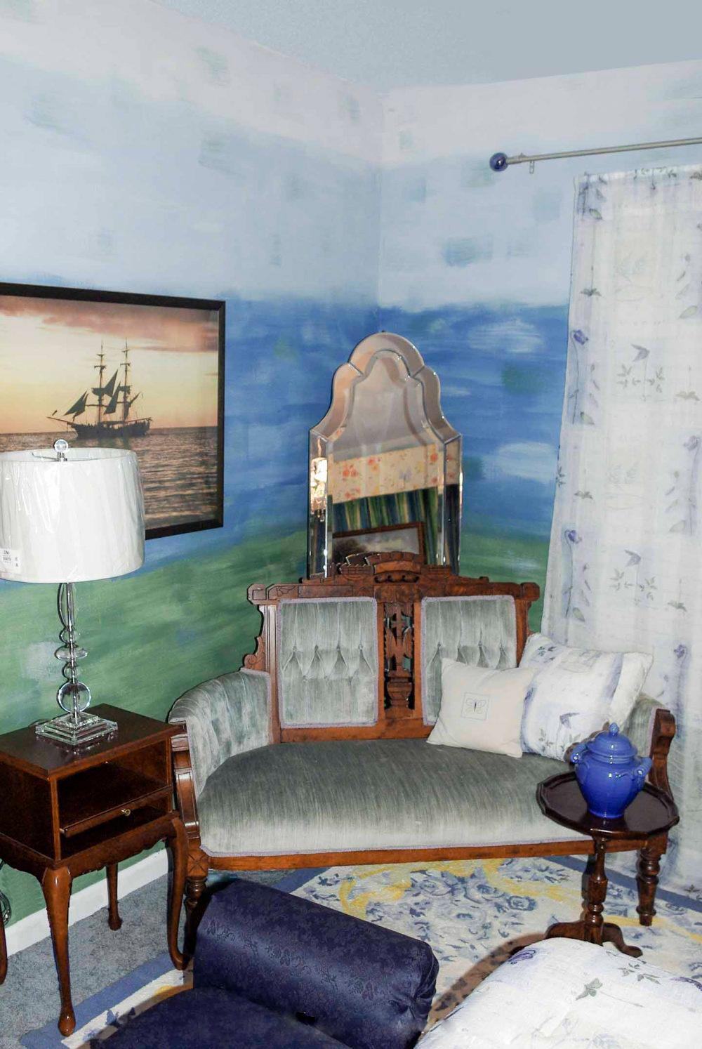 Омбре стена, котрая окрашена более темным цветом у пола и все светлее к потолку