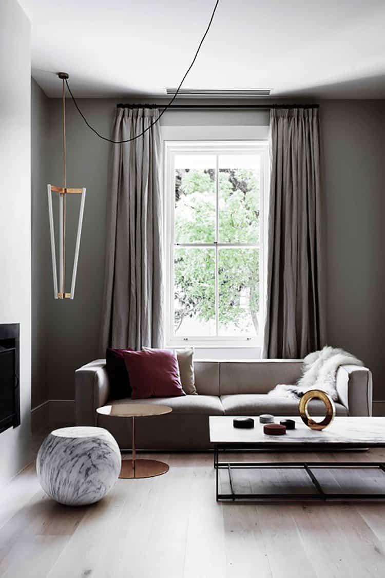 Гостиная с низким горизонтальным диваном