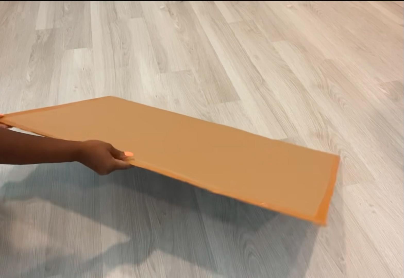 Сложенный вдвое и проклееный кусок картона