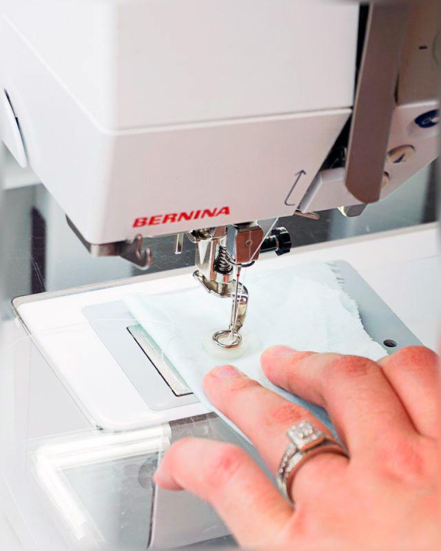 Как пришить пуговицу с помощью швейной машинки